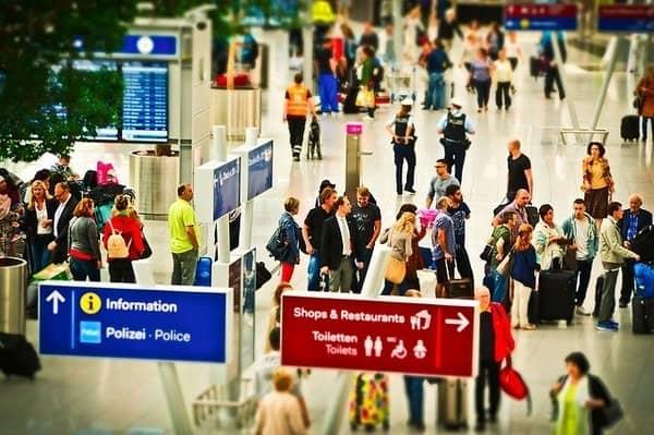 Bandara-Sibuk-Keamanan-dari-Overhead